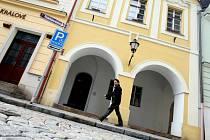 Královéhradecká radnice chce lidem při prodeji historických domů v Rokitanské ulici slevit dvacet procent.
