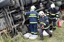 Při nehodě se z cisterny do pole vylil ovocný sirup. Místo nehody sice silně vonělo po malinách, zvýšený výskyt vos však hasiči nezaznamenali.