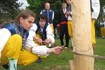 Tradiční vyvádění děvčat ve Hvozdnici v sobotu 15. května 2010.
