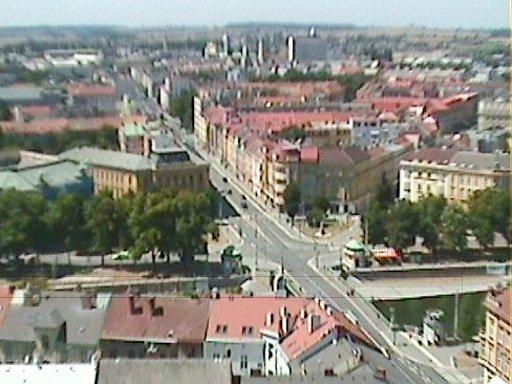 Pohled zhradecké Bílé věže na Gočárovu třídu, která postrádá liniovou zeleň.