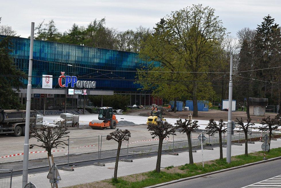 Dělníci se v těchto dnech přesunuli před Hotel Stadion.