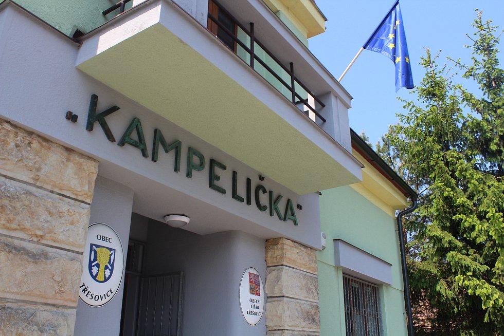 Volební místnost v Třesovicích.