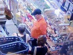 Pozná je někdo? Muž se ženou jsou podezřelí z krádeže.