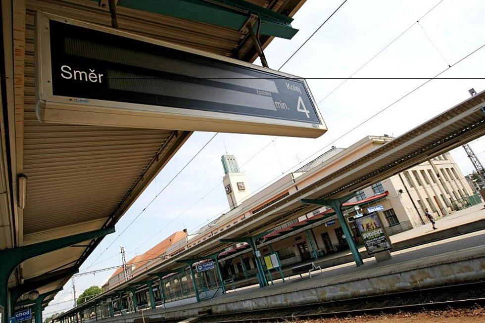V Česku se o půlnoci zastavily vlaky. To je výsledek celorepublikové stávky vlakových dopravců. Hlavní nádraží v Hradci Králové bylo 16 .června téměř prázdné. Pracovníci hradeckého dopravního podniku se ke stávce nepřipojili.