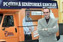 """Senátor Miroslav Antl si zřídil pojízdnou kancelář. Svým """"antlonem"""" se dostane i do nejvzdálenějších míst rychnovského volebního obvodu"""