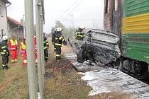 V Hradci se srazil vlak s autem, dva mrtví