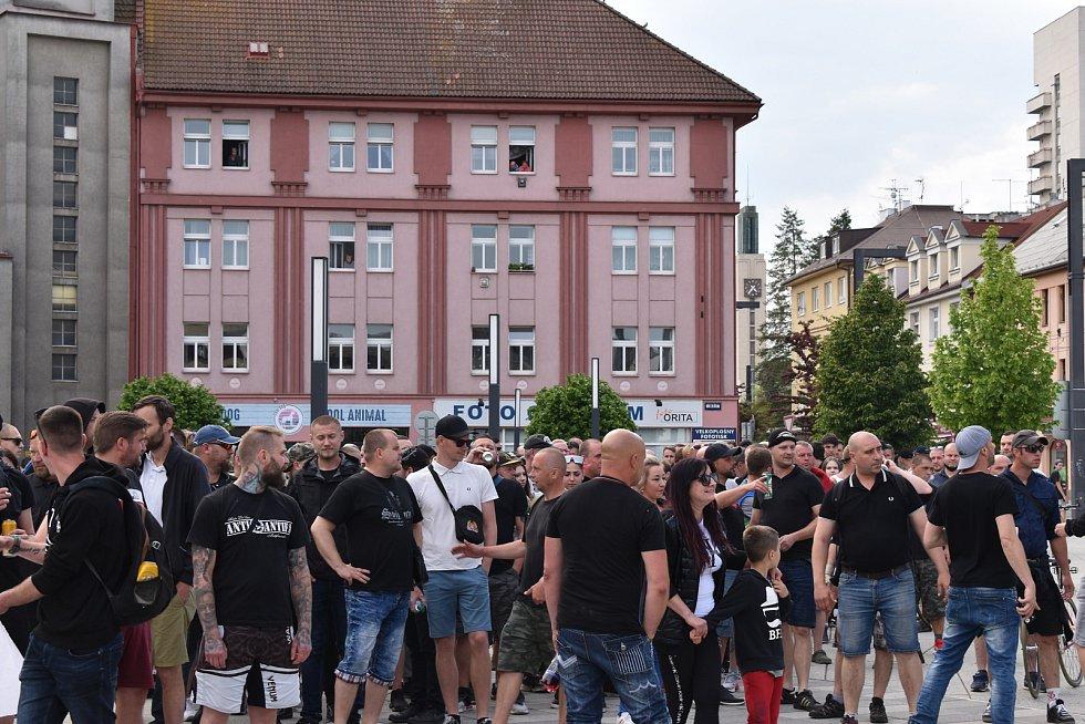 Asi 150 lidí se sešlo na pochodu, kterým podpořili svého těžce zraněného kamaráda. Na klidný průběh dohlíželi desítky policistů včetně dvou členů antikonfliktního týmu.