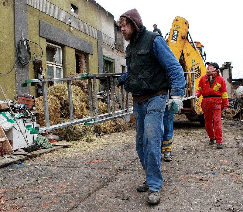 Likvidace škod způsobených požárem rodinného domu ve Chlumci