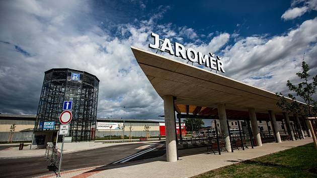 Zrekonstruované autobusové nádraží v Jaroměři.