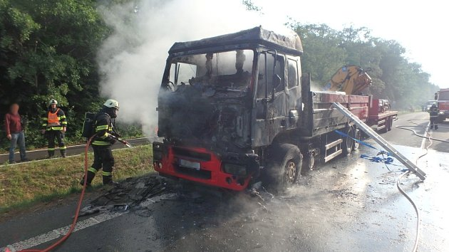 Hašení kamionu u Chlumce nad Cidlinou