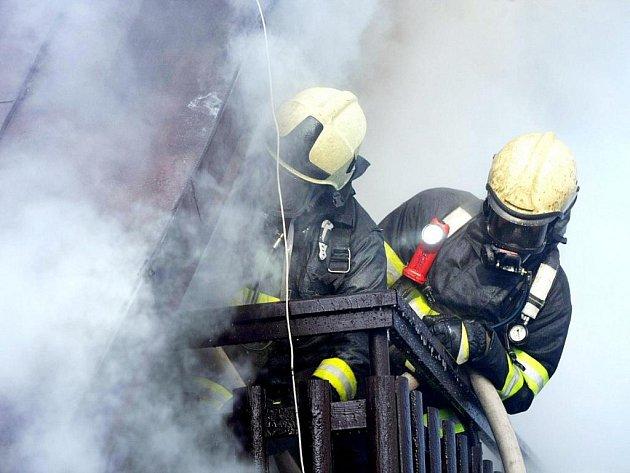 Hasiči likvidují rozsáhlý požár rodinného domku v chatové oblasti Parlament v Hradci Králové.