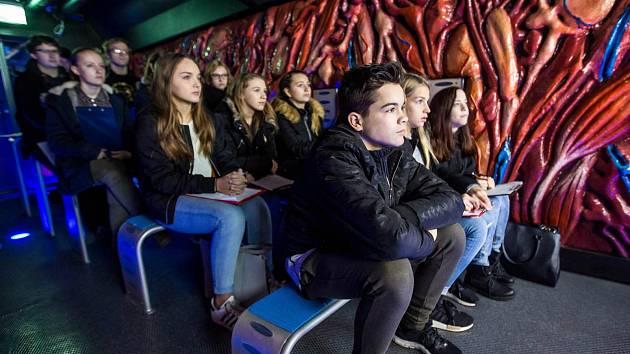 Revolution train v Hradci Králové - vlak s interaktivní expozicí pro školy a mládež o drogách.