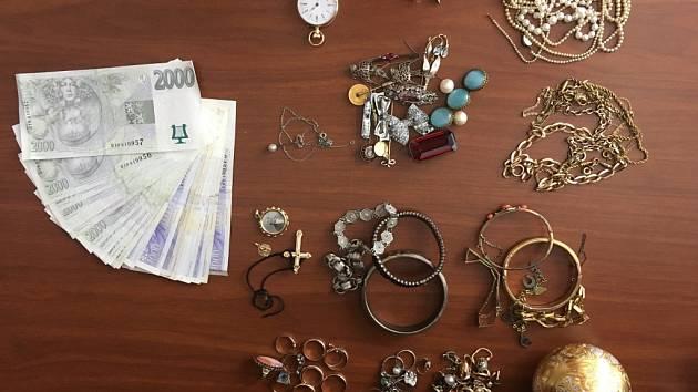 Pracovnice ÚZSVM v Hradci Králové objevily při vyklizení bytu z odúmrti finanční hotovost a šperky.