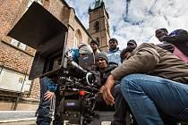 Bollywood indická produkce při filmovém natáčení v ulicích Hradce Králové.
