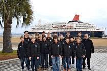 Český chlapecký sbor Boni pueri z Hradce Králové před zámořskou lodí Nippon Maru.