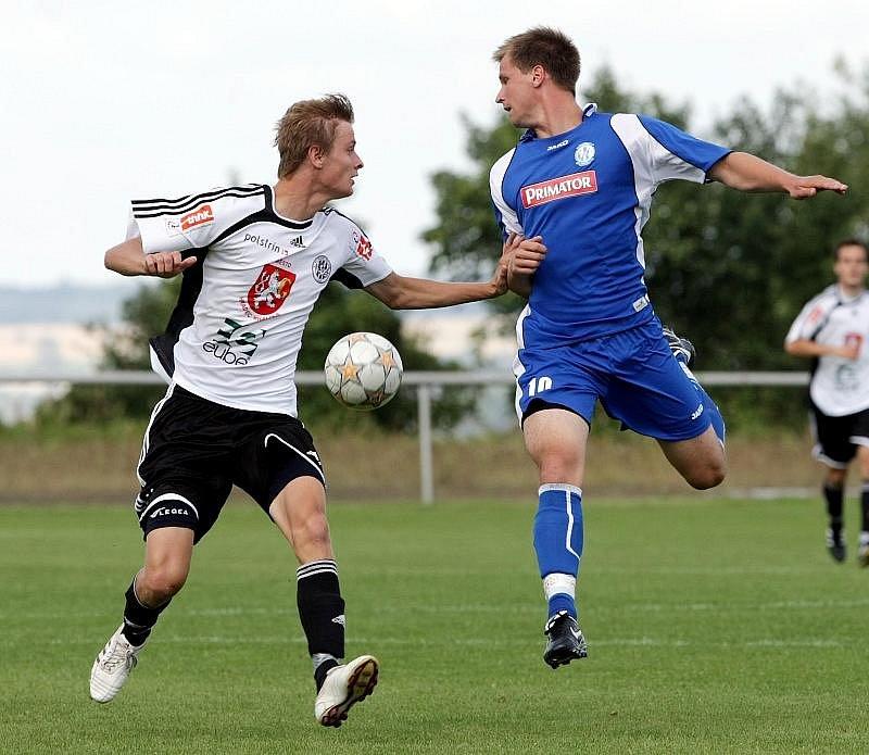 FC Hradec Králové B - Náchod-Deštné 4:3 - Zleva hradecký Lukáš Hubička a Marek Jandík.
