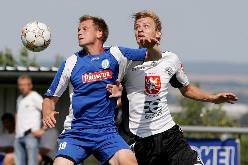 FC Hradec Králové B - Náchod-Deštné 4:3 - Zleva Marek Jandík a hradecký Lukáš Hubička.