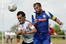 FC Hradec Králové B - Náchod-Deštné 4:3 - Zleva hradecký Jakub Špidlen a Michal Lesák.