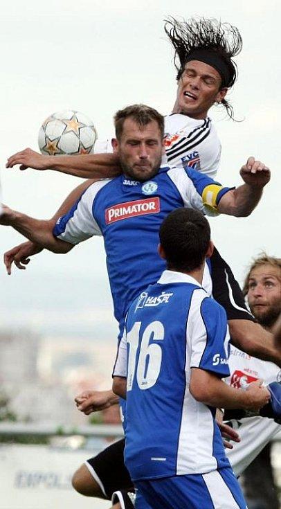 FC Hradec Králové B - Náchod-Deštné 4:3 - Zhora hradecký Radek Dorotík, Michal Lesák a Kamil Belák.
