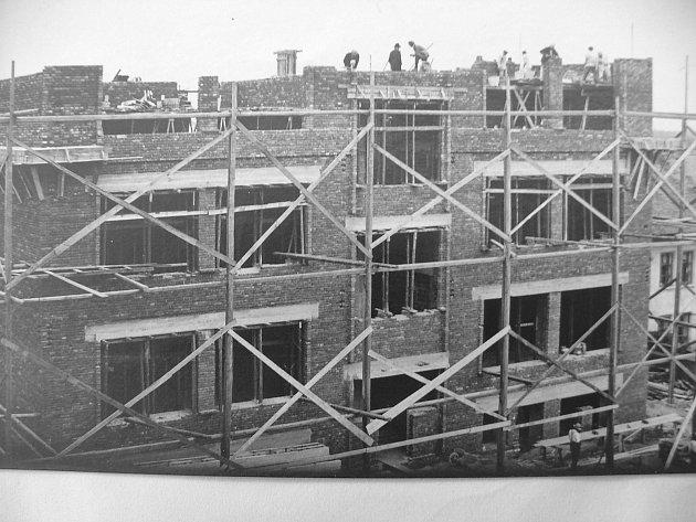 Stavba školy na novém Hradci Králové. Přes veškeré potíže byla vroce 1929zahájena stavba nové školy a slavnostně otevřena 31.srpna 1930.