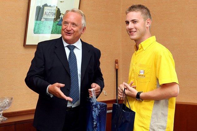Hejtman Královéhradeckého kraje Pavel Bradík přijal automobilového závodníka Michala Matějovského.