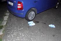 Ukradená balení mražených slepic u vozidla zloděje.