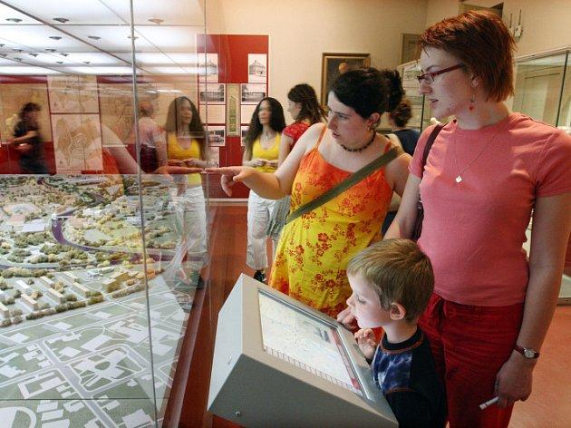 Prohlédnout si výstavu v netradičním čase? Proč ne třeba při noční prohlídce