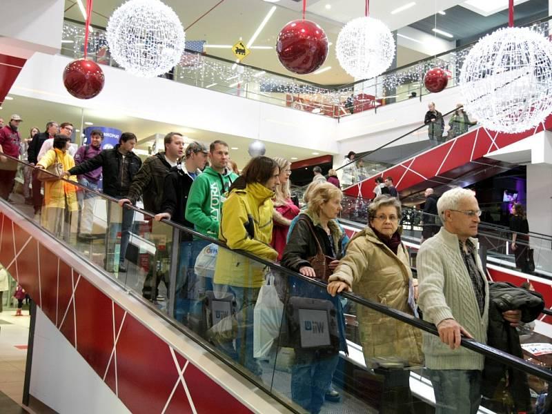 Předvánoční nákupní horečka v obchodech v Hradci Králové.