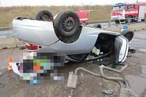 Dvě vozidla se střetla na křižovatce, jedno zůstalo na střeše.