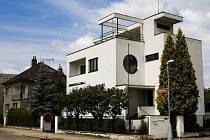Vila rodiny Cee - dům, který navrhl architekt Karel Horák, na křižovatce ulic Seydlerova a Sokolovská v Hradci Králové.