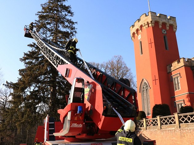 Skoro desítka hasičských jednotek cvičila zásah na zámku Hrádek u Nechanic