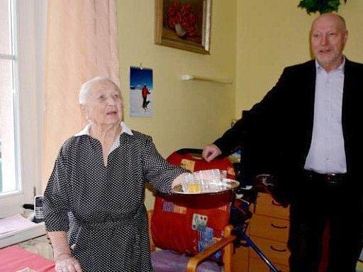 Hedvika Trutnovská, nejstarší obyvatelka Hradce Králové, při oslavě 104. narozenin s vnukem.