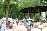 Mezinárodní folklorní festival v královéhradeckých Jiráskových sadech.