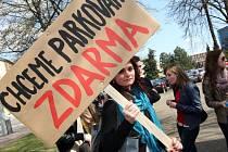 Demonstrace občanské iniciativy Místo parku parkoviště.