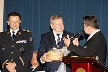 Oceněný policista Igor Berka přebírá cenu Zaměstnanec roku.