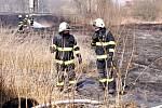 Požár travního porostu u železniční trati v Kydlinovské ulici v hradecké městské části Plácky.