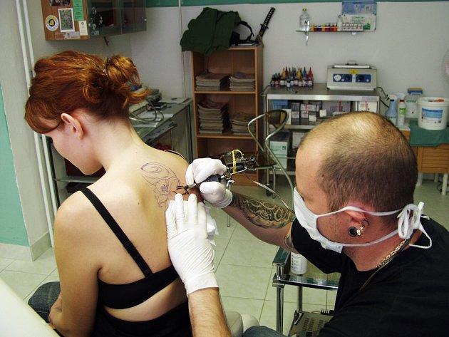 KAMIL BENEŠ maluje na těla lidí malá umělecká díla. Kdo chce mít ale tetování, musí najít dostatek odvahy.