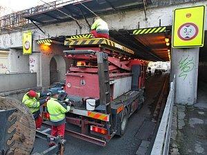 Nákladní automobil poškodil trolejové vedení a zkomplikoval dopravu v kuklenském podjezdu v Hradci Králové.