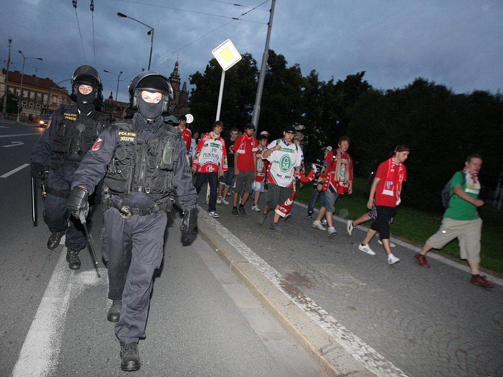 Výtržnosti fanoušků po hokejovém utkání Hradec - Pardubice