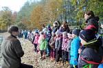 Děti ze školy u výlovu rybníku.