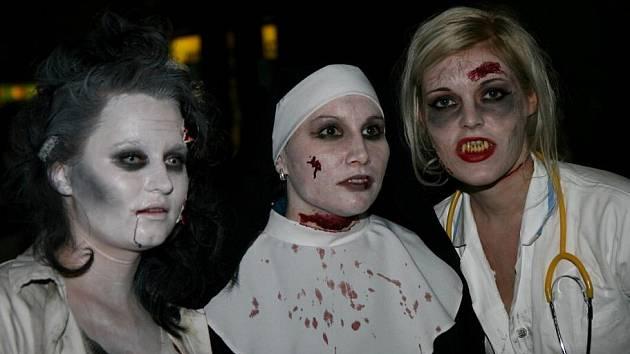 Mezi nemrtvými byly vidět i postavy s vidlemi v hrudi nebo nožem v hlavě. Hodně bylo také mrtvých nevěstek či sestřiček.