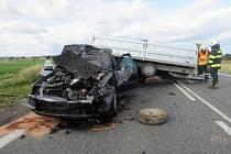 Nehoda vozů Audi a Ford Transit s vozíkem u Lochenic.