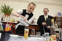 V hradecké hotelové škole se konal barmanský kurz.