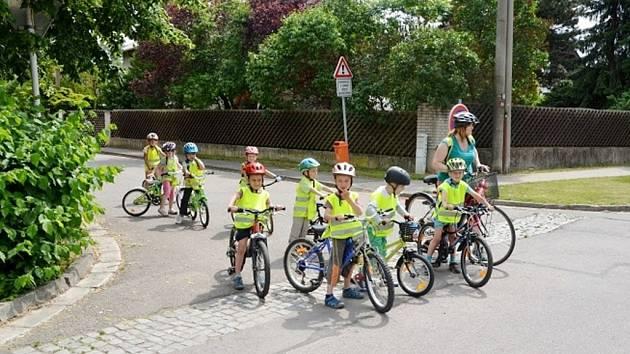 Cyklo-koloběžkový výlet dětí z hradecké MŠ Holubova na Stříbrný rybník.