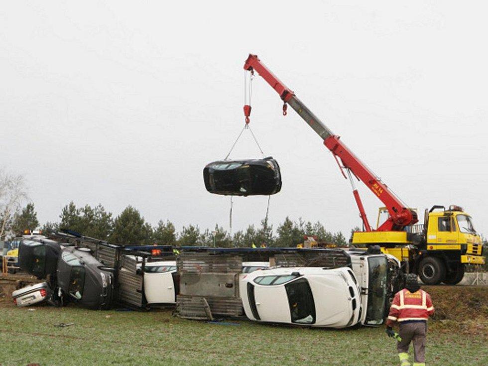 Odklízení následků tragické dopravní nehody u Obědovic.