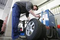 """Z pneuservisu v období """"přezouvání"""" pneumatik u automobilů."""