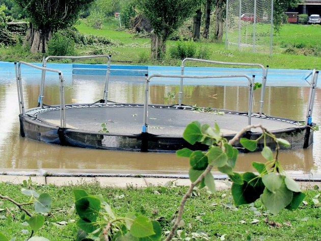 Z hřiště v Hrádku na Nechanicku vichr odnesl trampolínu doprostřed koupaliště