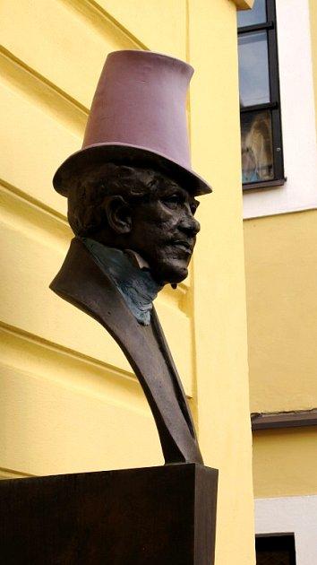 Socha V. K. Klicpery na hradeckém divadle.
