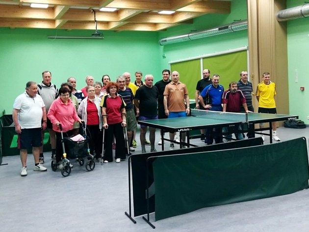 Zdravotně postižení hráli se zdravými stolní tenis.