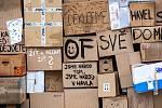 Papírová zeď z kartonových krabic se po 30 letech vrátila do Hradce Králové.